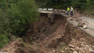 Une route dévastée par les inondations dans le Gard (France 3 Languedoc-Roussillon)