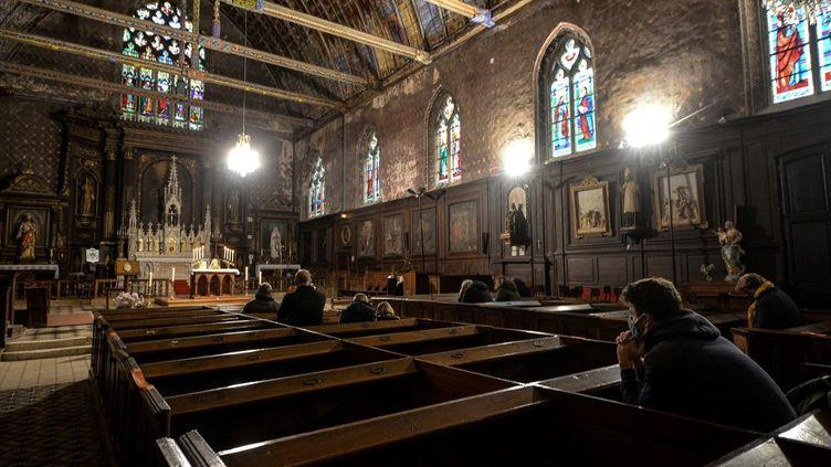 Des paroissiens prient dans l'église Saint-Jacques à Illiers-Combray (Eure-et-Loir), le 15 novembre 2020. (JEAN-FRANCOIS MONIER / AFP)