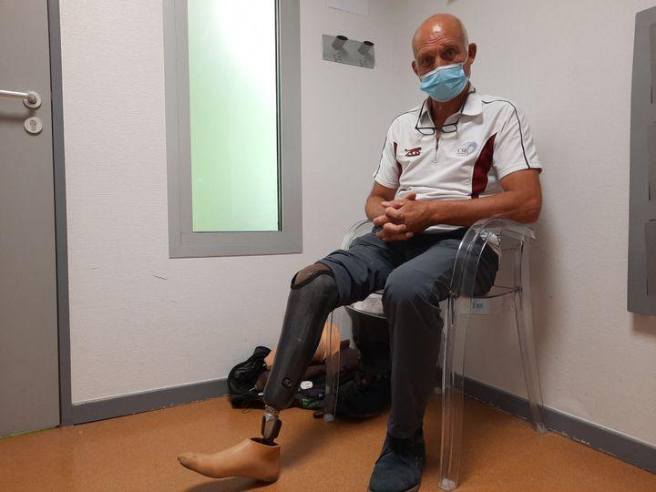 Jean-Michel a deux prothèses : une classique, celle qu'il porte, et une plus sportive, en carbone, qu'il utilise quand il va chasser et pêcher. Elle est plus pratique, mais moins discrète. (SIMON CARDONA / RADIO FRANCE)