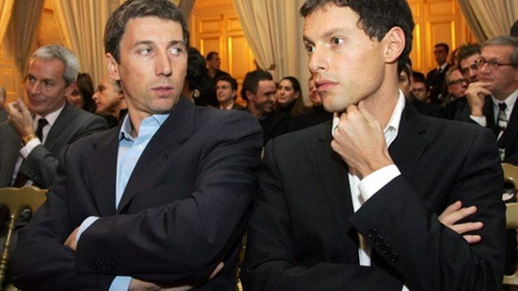 Stéphane Courbit, ici en 2005 avec Marc-Olivier Fogiel lors d'une vente aux enchères (AFP/JACQUES DEMARTHON)