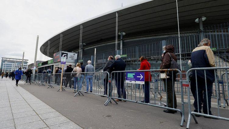 Des personnes attendent leur tour au centre de vaccination du Stade de France, à Saint-Denis, le 6 avril 2021. (THOMAS SAMSON / POOL)