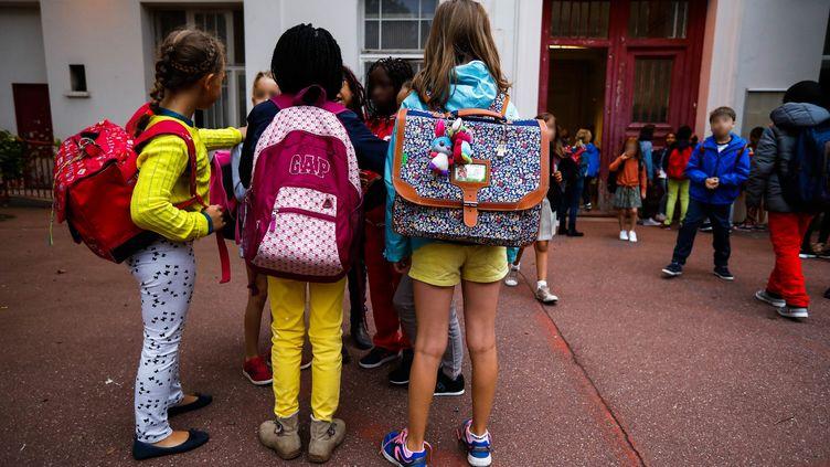 Des élèves effectuent leur rentrée dans une école élémentaire de Paris, le 4 septembre 2017. (MAXPPP)