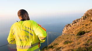 Un sauveteur alpin observe le secteur dans lequel le randonneur français Simon Gautier a été retrouvé mort, le 19 août 2019 en Italie. (ELIANO IMPERATO / AFP)
