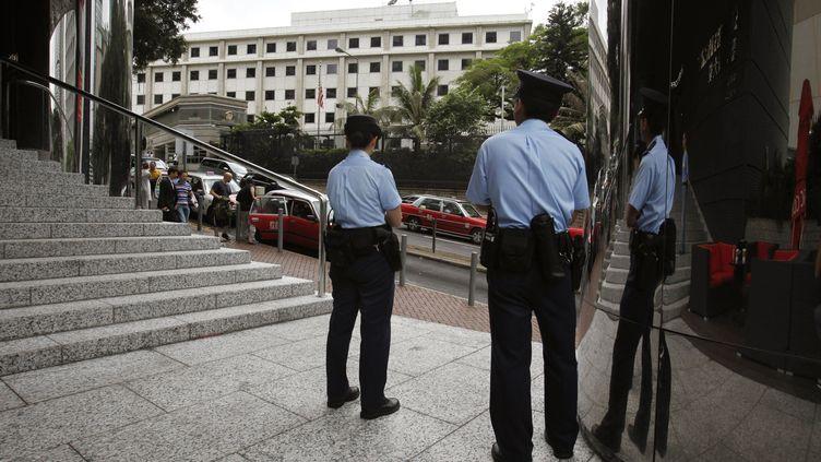 Des policiers devant le consulat des Etats-Unis à Hong-Kong, le 10 juin 2013. (BOBBY YIP / REUTERS)