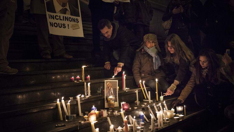 Quelque 200 personnes se sont rassemblées sur les marches de l'opéra Bastille, à Paris, pour rendre hommage à Stéphane Hessel, le 27 février 2013. ( MAXPPP)