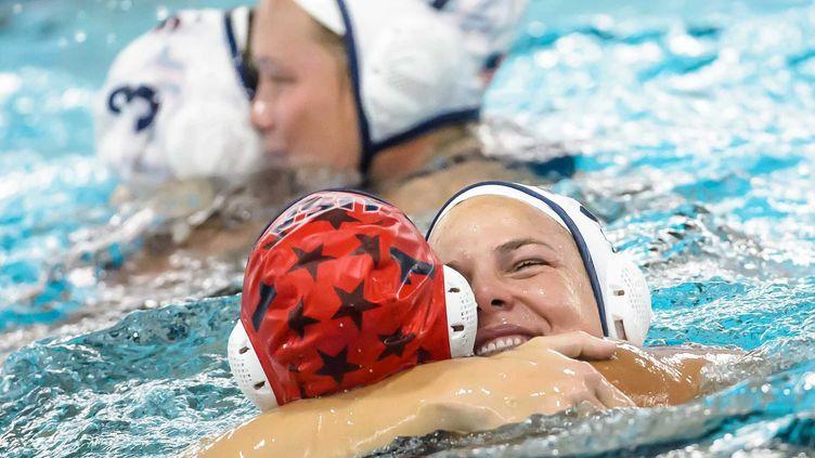 Les joueuses de l'équipe américaine de water-polo célèbrent leur qualification olympique après leur victoire contre la France. (AWFOTO\GERTJAN KOOIJ / ANP)