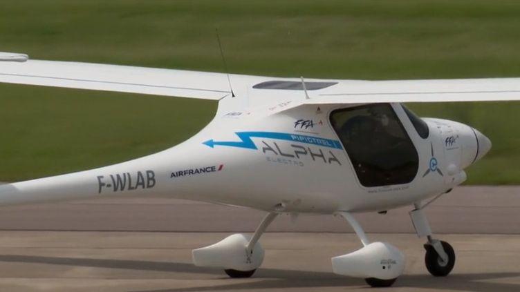 Au salon du Bourget, en Seine-Saint-Denis, les grands constructeurs aéronautiques présentent leur prototype d'avion du futur. L'appareil sera hybride et peut-être un jour complètement électrique. (FRANCE 3)