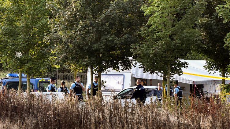 Des gendarmes enquêtent sur le camp de gens du voyage où a eu lieu la fusillade, le 26 août 2015, à Roye (Somme). (PHILIPPE HUGUEN / AFP)