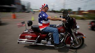 """Après l'avoir soutenu pendant sa campagne, les """"Bikers for Trump"""" sont enchemin pour assiter à l'investiture de leur champion à Washington, où ils devraient être des milliers vendredi, selon le fondateur du groupe de motards. (JIM URQUHART / REUTERS)"""
