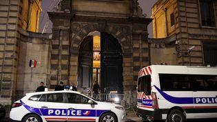 Les forces de l'ordre sont placées devant le ministère de Benjamin Griveaux à Paris, où des personnes se sont introduites le 5 janvier 2019. (BERTRAND GUAY / AFP)