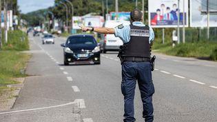 Les gendarmes contrôlent les conducteurs le 20 juin 2020 à Rèmire-Montjoly en Guyane pour contrôler le respect du couvre-feu (photo d'illustration). (JODY AMIET / AFP)