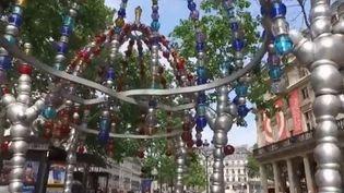 Jean-Michel Othoniel est l'un des artistes contemporains les plus côtés. Il se distingue dans la sculpture de verre. Des chefs d'oeuvre crées du bout des doigts qui sont exposés au Musée du Louvre jusqu'en février 2020. (FRANCE 2)