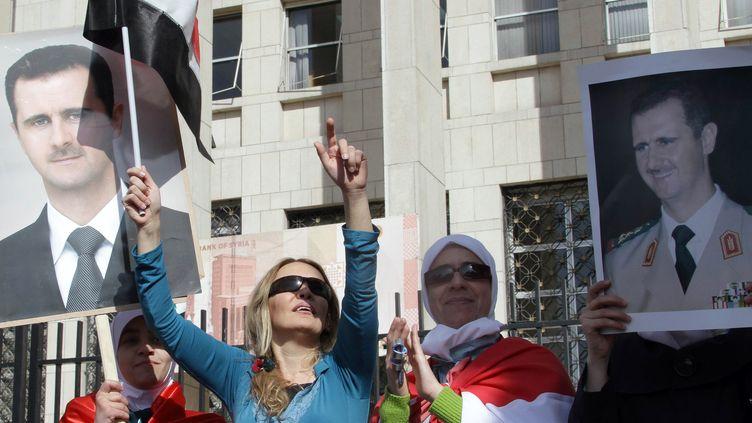 Les partisans du régime de Bachar Al-Assad manifestent leur colère dimanche 13 novembre en Syrie contre la suspension de leur pays par la Ligue arabe. (LOUAI BESHARA / AFP)