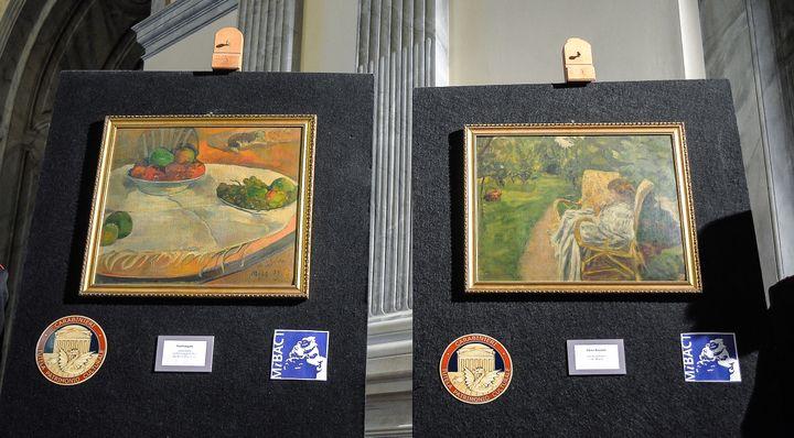 """Les deux tableaux volés à Londres en 1970 et découverts en Italie,""""Fruits sur une table ou nature morte au petit chien"""" de Gauguin et""""La femme aux deux fauteuils"""" de Bonnard, présentés le 2 avril 2014 (ANDREAS SOLARO / AFP)"""