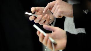 Des personnes utilisent des téléphones d'Apple, à Saint-Herblain (Loire-Atlantique), le 5 novembre 2012. (JEAN-SEBASTIEN EVRARD / AFP)
