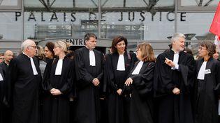 """Des avocats, dont la présidenteduConseil national des barreaux,Christiane Feral-Schuhl (au centre), manifestent devant le tribunal de grande instance de Bobigny (Seine-Saint-Denis) pour une """"justice de qualité"""", le 15 février 2018. (PATRICK KOVARIK / AFP)"""