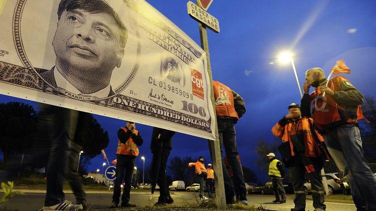 Des ouvriers d'ArcelorMittal manifestent, le 10 décembre 2012à Basse-Indre (Loire-Atlantique), contre le transfert d'une partie de leur activité vers le site de Florange (Moselle). (JEAN-SEBASTIEN EVRARD / AFP)