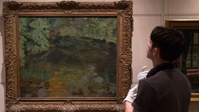 """Le tableau de Winston Churchill, """"Le bassin de poissons rouges à Chartwell"""", adjugé pour 1,8 million de livres (2,2 millions d'euros).  (Tim Ireland/AP/SIPA)"""