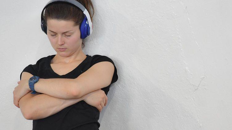 Entre le mur et son dos, Cécilia Berder fait rouler une balle de massage pour calmer les tensions musculaires et préparer son épaule au combat. (AUGUSTO BIZZI)
