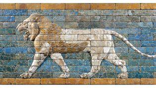 Babylone (Irak actuel), vers 604-562 avant J-C. Terre cuite à glaçure. Panneau de briques : lion passant. Paris, musée du Louvre  (Musée du Louvre, dist. RMN-Grand Palais / Christian Larrieu)