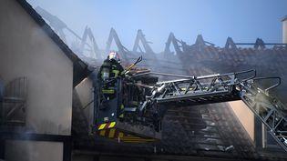 Les pompiers interviennent àSchiltigheim (Bas-Rhin), après un incendie qui a coûté la vie à un enfant de 11 ans, le 3 septembre 2019. (FREDERICK FLORIN / AFP)