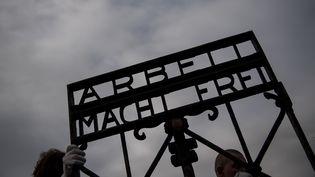 """Le portail """"Arbeit macht frei"""", photographié lors de son retour à Dachau (Allemagne), le 22 février 2017. (JOERG KOCH / ANADOLU AGENCY)"""
