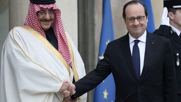 Le président français François Hollande et le prince héritier d'Arabie saoudite, Mohammed ben Nayef, à l'Elysée à Paris le 4 mars 2016. (STEPHANE DE SAKUTIN / AFP)
