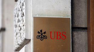 L'entrée d'une banque UBS à Paris, le 27 novembre 2013. (KENZO TRIBOUILLARD / AFP)