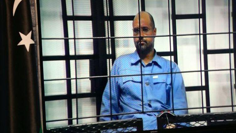 L'écran vu par les journalistes qui assistent à l'interrogatoire de Seif al-IslamKadhafi, qui participe par visioconférence de Zenten, lors de son procès à Tripoli le 22 juin 2014. A l'instar de ses 37 co-accusés, il est poursuivi pour son implication dans la répression qui a fait suite à la révolution de 2011 en Libye.  (AFP PHOTO / MAHMUD TURKIA)