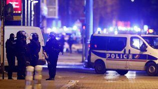 Les forces de l'ordre à proximité du lieu oùCherif Chekatt, l'auteur présumé de l'attentat de Strasbourg, a été tué par les policiers, le 13 décembre 2018. (CHRISTIAN HARTMANN / REUTERS)