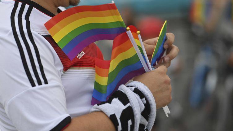 Des drapeaux arc-en-ciel contre la discrimination sont distribués dans le stade de l'Allianz Arena, à Munich (Allemagne), le 23 juin2021. (FRANK HOERMANN/SVEN SIMON / SVEN SIMON / AFP)
