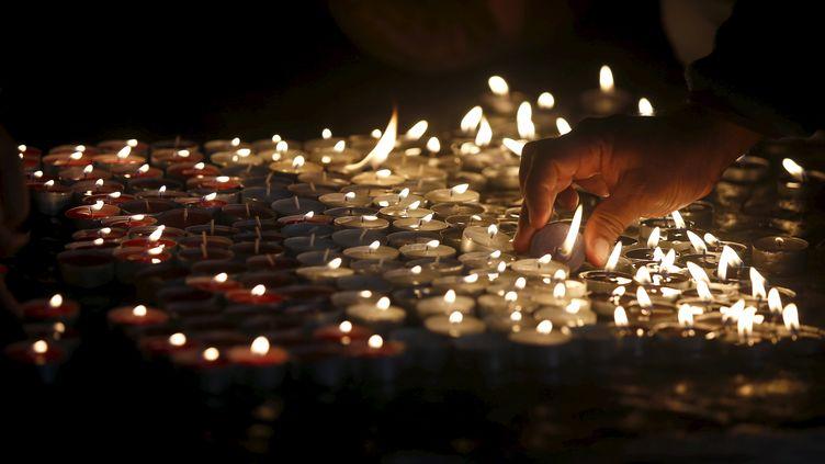 Des bougies allumées, le 16 novembre à Barcelone,en hommage aux victimes des attaques de Paris. (ALBERT GEA / REUTERS)