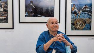 """Lephotographe Jacques Perez dans son exposition""""Souvenirs d'avant l'oubli"""", le 8 octobre 2021 à Tunis, en Tunisie (FETHI BELAID / AFP)"""