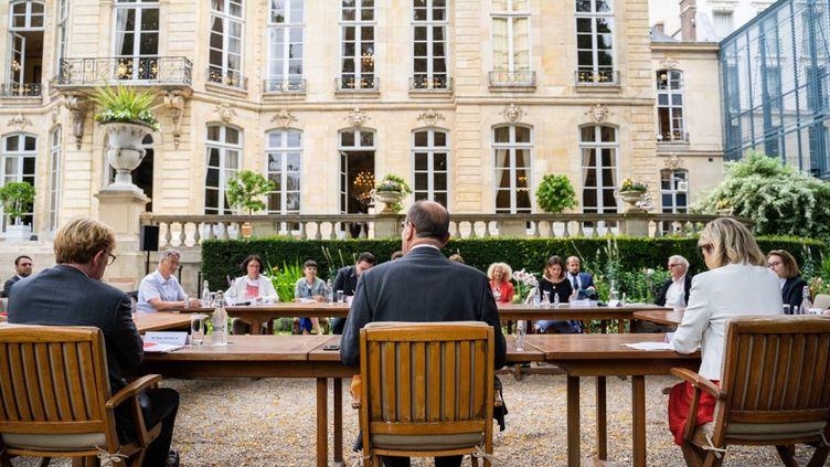 Le Premier ministre, Jean Castex, reçoit des membres de la Convention citoyenne pour le climat, le 20 juillet 2020, à Paris. (XOSE BOUZAS / HANS LUCAS / AFP)