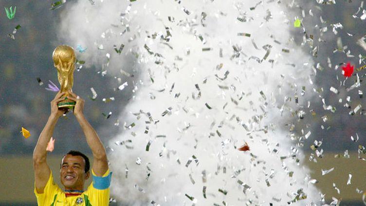 (Le capitaine brésilien Cafu soulève la Coupe du Monde © Reuters)