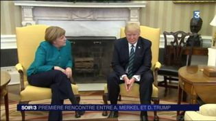 Donald Trump a refusé de serrer la main d'Angela Merkel. (FRANCE 3)