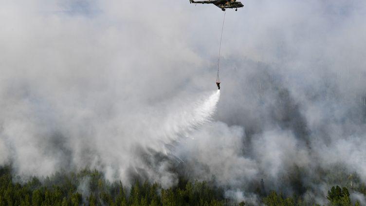 Un hélicoptère Mi-8au-dessusd'unincendie de forêt dans la région de Krasnoyarsk, en Russie. (ALEXANDR KRYAZHEV / SPUTNIK)