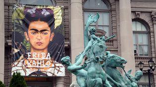 L'affiche (un autoportrait) de l'exposition consacrée à Frida Kahlo, sur une façade du Jardin botanique de New York (16 mai 2015)  (Selcuk Acar / Anadolu Agency / AFP)