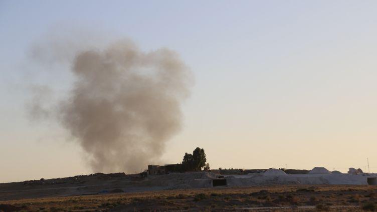 Des combats entre les peshmergas kurdes et les combattants de l'Etat islamique, le 9 août, dans la région de Mossoul, dans le nord de l'Irak. (FERIQ FEREC / ANADOLU AGENCY / AFP)