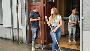 Des habitants nettoient les rues de Chênée en périphérie de Liège (Belgique) le 16 juillet 2021. (ANGÉLIQUE BOUIN / FRANCE-INFO)