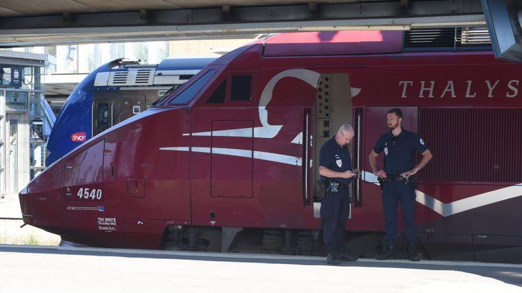 (Des enquêteurs près du train Thalys au lendemain de l'attaque le 22 août 2051©maxPPP)