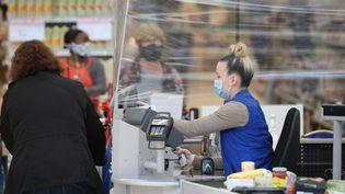 Les hotesses de caisse sont considérées comme des travailleurs de seconde ligne. Photo d'illustration. (ARNAUD JOURNOIS / MAXPPP)