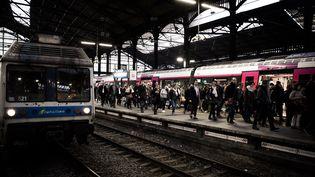 Des usagers sur un quai de la gare Saint-Lazare, le 9 avril 2018. (PHILIPPE LOPEZ / AFP)