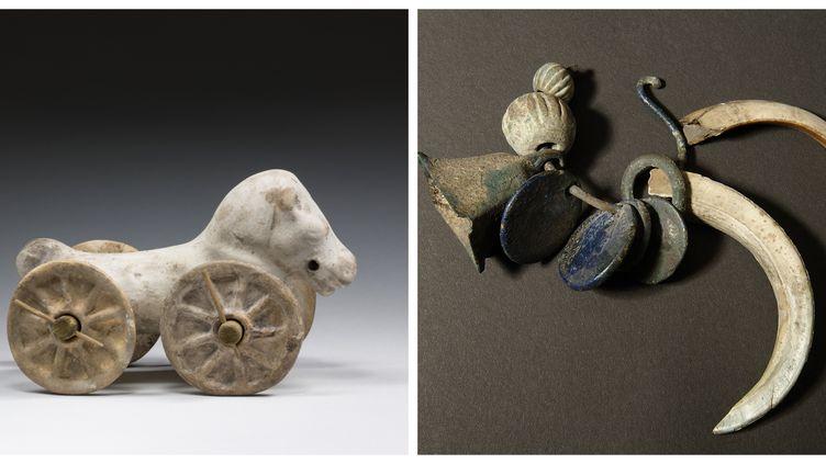 A gauche : Cheval à roulettes, époque romaine (terre cuite) A droite : Bracelet hochet, tombe d'un enfant de deux ou trois ans, rue du Renard, Rouen. Ier – IIe s. apr. J.-C. Bronze, ivoire de sanglier, pâte de verre  (MRAH, Bruxelles / Musée-Métropole-Rouen-Normandie / Yohann Deslandes)