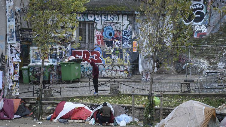 Des migrants ont installé leurs tentes sur les rives du canal Saint-Martin, à Paris, le 24 décembre 2017. (STEPHANE DE SAKUTIN / AFP)