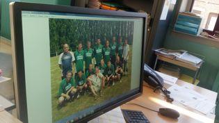 Dino Scala (en haut à gauche) avec l'équipe de foobtall de Pont-de-Sambre (Nord) à l'époque où il dirigeait le club. (BENJAMIN ILLY / RADIO FRANCE)