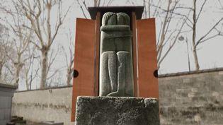 """""""Le Baiser"""" de Constantin Brancusi est l'objet d'une discorde entre une famille russe et la France. Cette sculpture ne se trouve pas dans un musée, mais au cimetière du Montparnasse à Paris. (FRANCE 3)"""