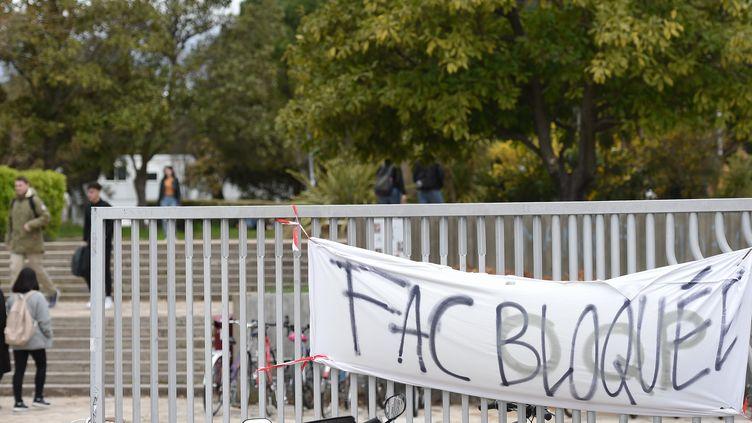 """""""Fac bloquée"""" peut-on lire à l'entrée de la faculté Paul Valéry de Montpellier, le 27 mars 2018. (SYLVAIN THOMAS / AFP)"""