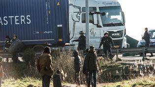 Des policiers barrent l'accès à l'autoroute A16 à des migrants, autour de Calais (Nord-Pas-de-Calais), le 21 août 2016. (PHILIPPE HUGUEN / AFP)