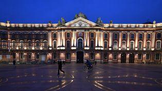 La place désertée du Capitole, à Toulouse (Haute-Garonne), à l'entrée en vigueur du couvre-feu généralisé à 18 heures, le 16 janvier 2021. (GEORGES GOBET / AFP)